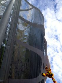 Das Doppeltuchsegel platt vorm Laken mit der lose baumelnden Profilierungsröhre in der Mitte © Wolfram Pierenkemper