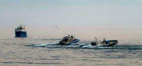 Das kreisende Motorboot wird von der Polizei verfolgt.