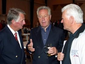 UCA-Eigner Klaus Murmann (Mitte) mit Dierk Thomsen vom KYC (links) und Gunter Persiehl (NRV) bei der Abgabe der offiziellen Meldung zur DaimlerChrysler North Atlantic Challenge.  ©Daniel Forster