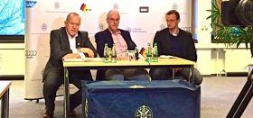 Das DSV Trio vor der Sponsorenwand. Sportdirektorin Stegenwalner ließ sich entschuldigen. © SegelReporter
