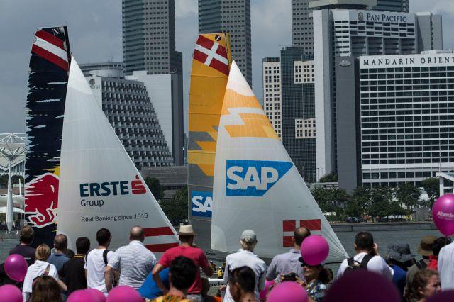 Highspeed-Segeln im Stadion: Der Auftakt der Extreme Sailing Serie 2015 lockte in Singapur viele tausend Zuschauer an.  Foto: Lloyd Images