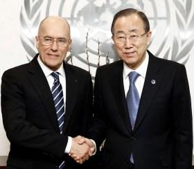 Mehr als ein Händedruck: UN-Generalsekretär Ban Ki-moon (rechts) sprach dem Gründer und Eigner des Projekts Esimit Europa höchste diplomatische Anerkennung aus.  Foto: Evan Schneider/UN