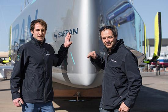 Der neue, erst 28 Jahre junge Skipper Lagravière neben Guillemot, dem Skipper der Safran 1 © Liot