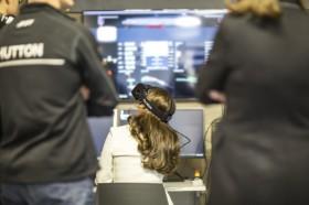 Nur Kate, die Herzogin von Cambridge, durfte am Simulator schon einen exklusiven Blick durch die Teambrille werfen. Foto: Foto: Harry Kenney-Herbert