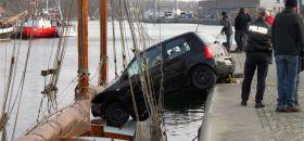 Glück im Unglück. Das Auto stoppt mit den Vorderreifen auf der Yacht.