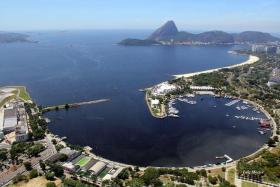 Außerhalb der Bucht ist es sauberer. Aber wie kommt man da hin? © Turismo Rio