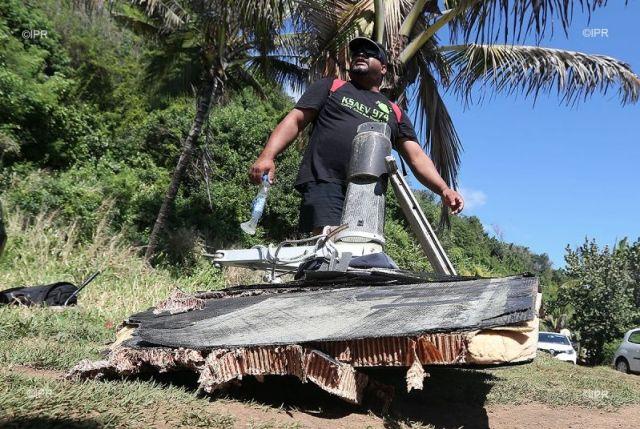 Müll im Paradies. Die Einheimischen halten das Vestas-Wrackteil für Schrott vom verschwundenen Flugzeug. © IPR