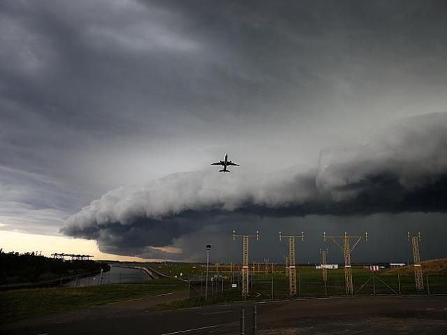 Ein Flugzeug startet unter der Wetter-Wand. © Sky