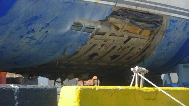 Das Laminat hat sich vom Kielbereich bis über die Wasserlinie gelöst. © La Taberna del Puerto