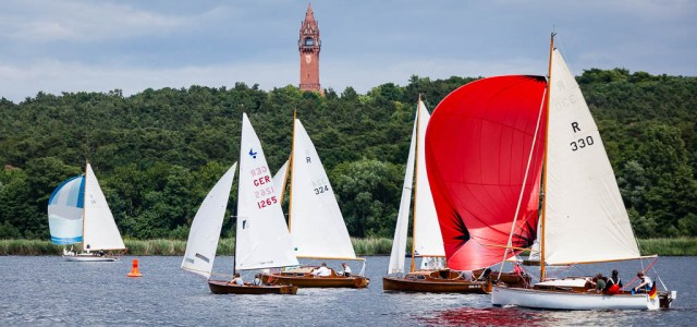 Holzboote segeln bei der Havel Klassik in Berlin um die Wette