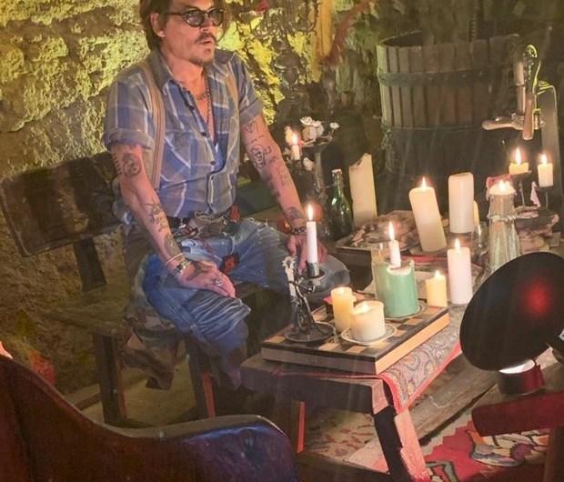 Джонни Депп теперь в Инстаграме: модно выглядит, поёт, поддерживает людей