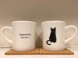 黒猫柄のマグカップ