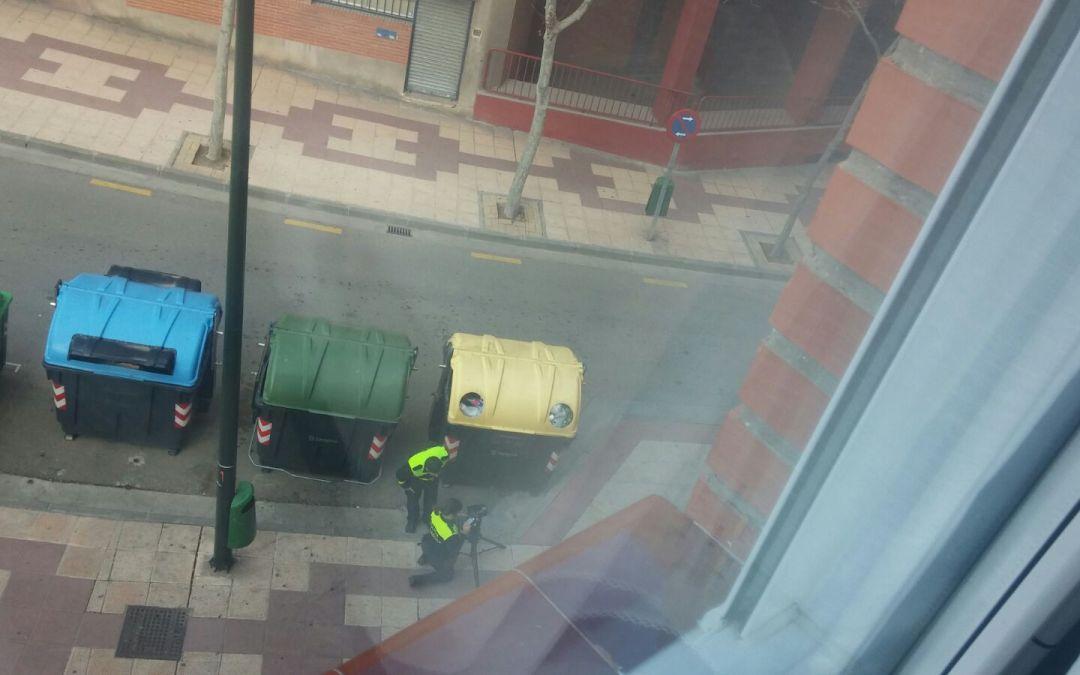 Cinemómetro y personal policial sobre aceras peatonales controlando la velocidad.