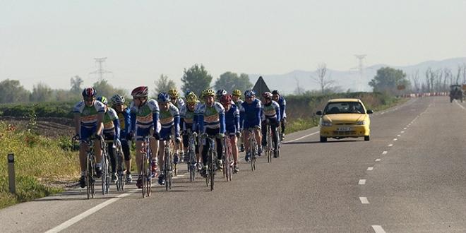 Ciclistas y columna de dos