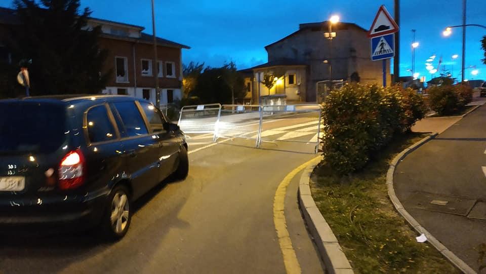 Poner una valla en medio de una calle sin señalizar… es delito.
