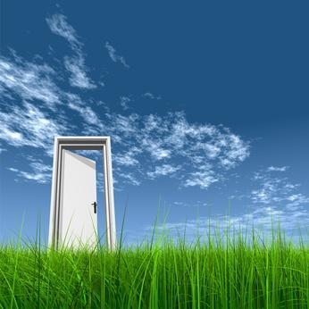 Puerta abierta en el cesped al cielo