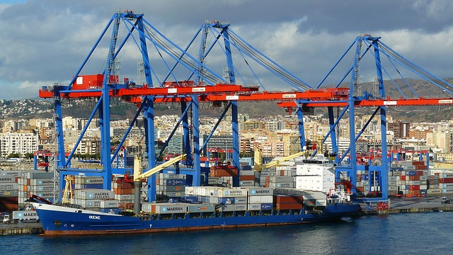 Barco contenedor en el puerto