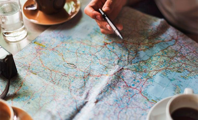pessoa olhando mapa