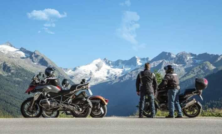 Motociclistas nos alpes austríacos