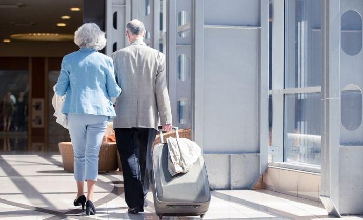 casal de idosos em viagem