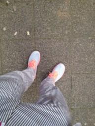 Zur Feier des Tages: Nikes zum Anzug. Kann man mal machen!