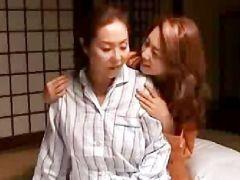 熟女な母を女にする為に娘が近親相姦レズしちゃう風間ゆみのレズ熟年動画