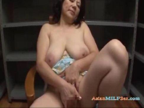 60代の垂れ乳お婆さんが夫婦生活を妄想しながらおまんこと陰核を弄ってる還暦動画画像無料
