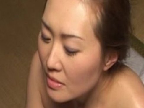 還暦の中高年の夫婦が寝室でねっとりと濃厚なセックスをしてる六十路熟女の塾女性誌60歳 体型 画像無料写真