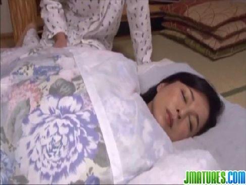 熟睡中の五十路熟女妻が息子に夜這いされ近親相姦するじュクじょ kiss