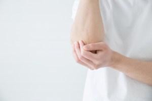 肘が痛い女性
