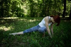 森の中で運動をする女性