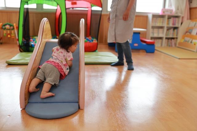 保育所で遊ぶ赤ちゃん