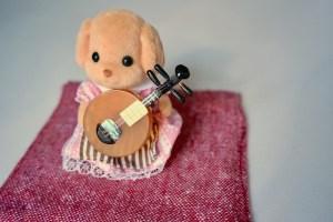 月琴を弾くシルバニアファミリーの子犬