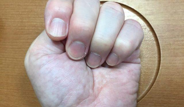 日本の迷信「霊柩車が通るときは親指隠せ」