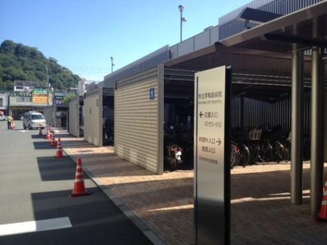病院の駐車場前