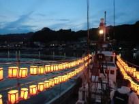 船からは稲取の町が美しく見えています