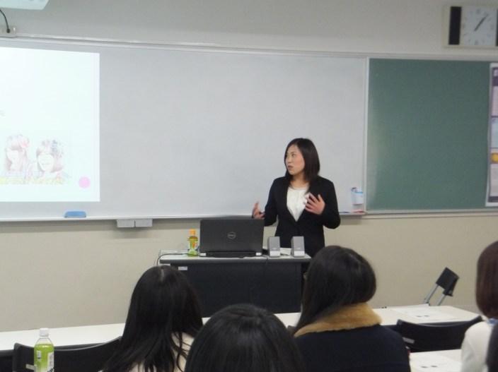英語学科の全教職履修者を対象に実施された教職授業外プログラム(2014 年度2月)で、北九州市内の中学校で英語教諭として活躍中の卒業生による 中学校英語教育についての教育現場からの報告