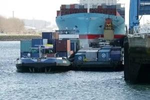 Transbordement de conteneurs sur un convoi fluvial © VNF