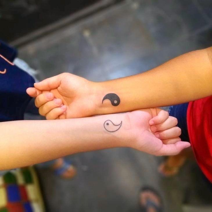 inspirações de tatuagens delicadas - yng yang no pulso