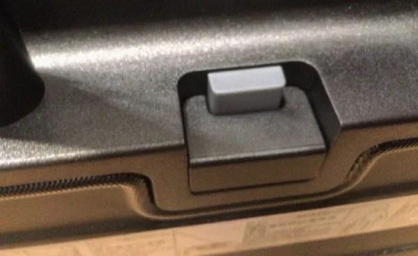 無印良品スーツケースのキャスターストッパー