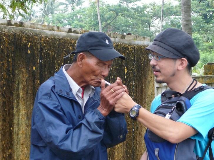 おじさんが王宮の場所を教えてくれたので、お礼に菊ちゃんがタバコをプレゼントした。