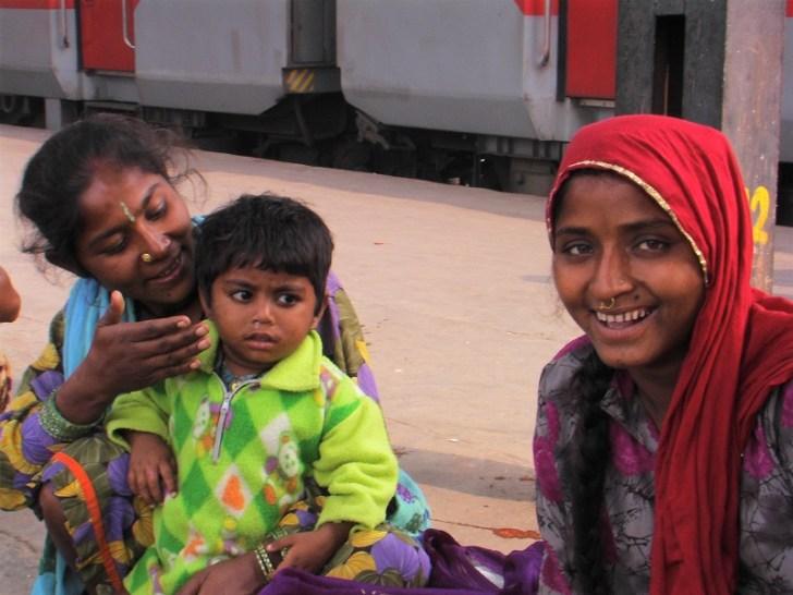 国内旅行を楽しむインドの家族