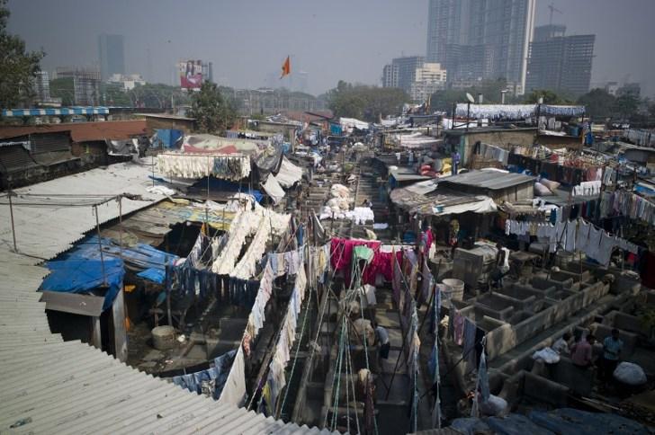 ムンバイのスラム街は住居が密集していて人口密度も非常に高い