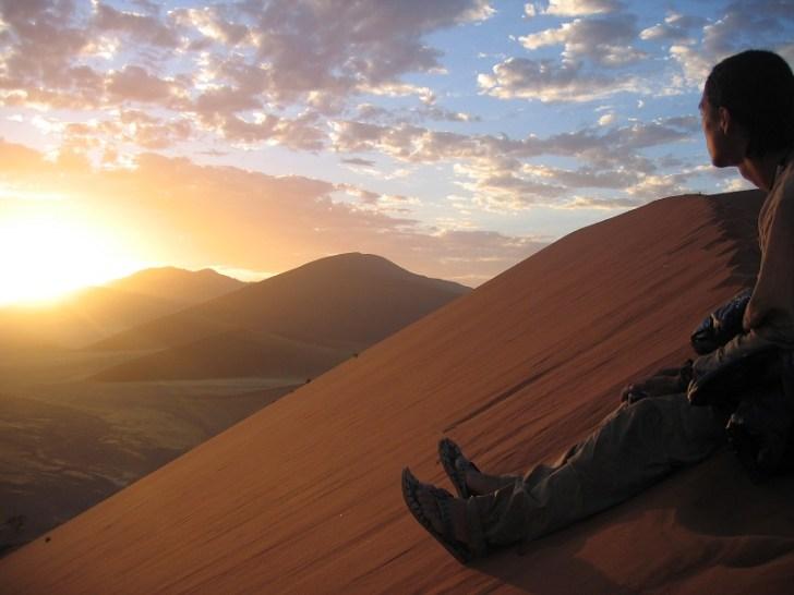 ご来光を望むため、みんなで砂丘の頂上に登った。 朝陽が昇った瞬間あたりの景色がオレンジ色へと変化し、とても感動した