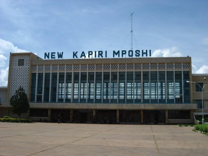 ニューカピリムポシ駅。 建物は立派だけど、まわりにはお店も何もないへんぴな場所だった