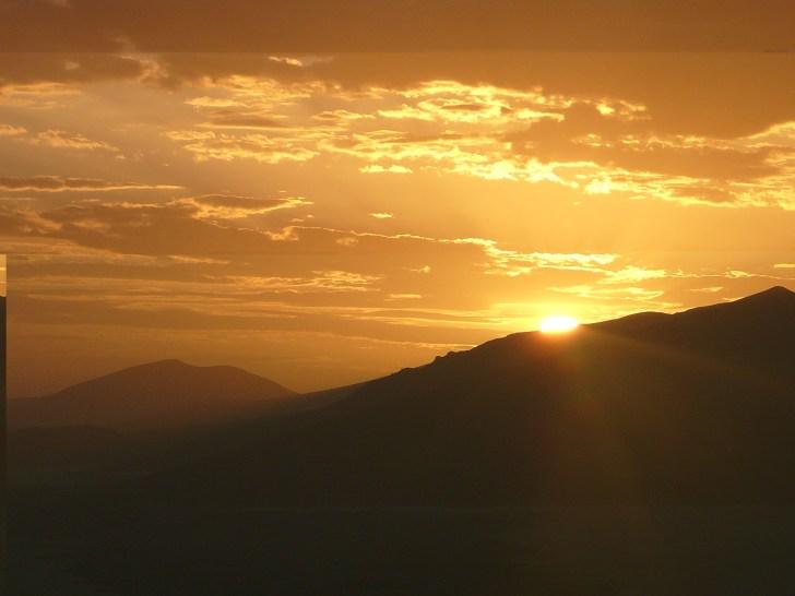 アフリカの夕陽はとても雄大に感じた。 大自然やここに生きる動物達を支配しているように思えるからだろうか……。