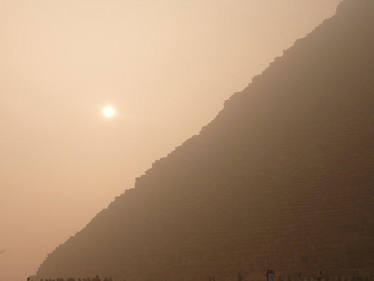 靄のかかった神秘的なクフ王のピラミッド。 およそ230万個もの石材が積み重ねられて造られている