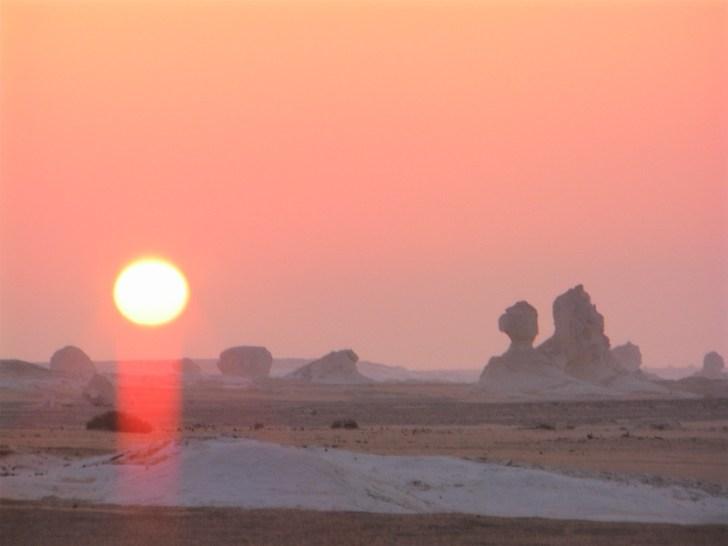 白砂漠の景色が朝陽を浴びてオレンジ色の景色へと変っていった。 白がベースの砂漠は、一日に何度もその色彩を変えていくのである