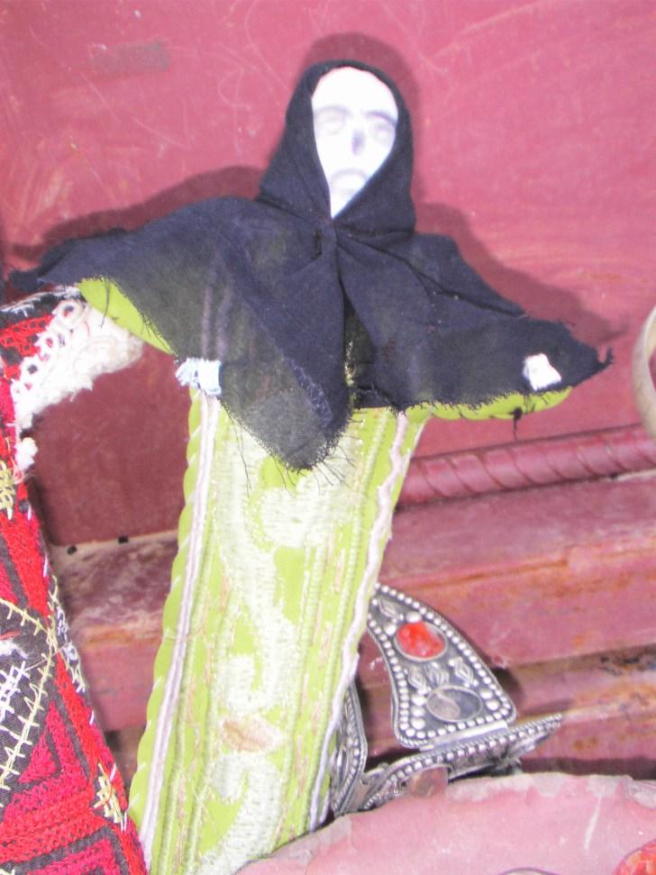 スモールペトラで知り合った子どもが持っていたのも、拾った物とは違うが似たような人形であった