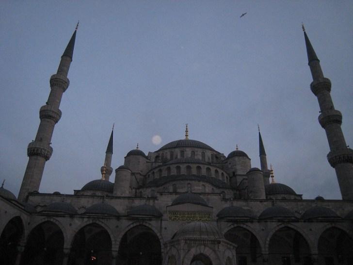 オスマン建築の傑作(スルタンアフメト・モスク)は通称ブルーモスクと言われている